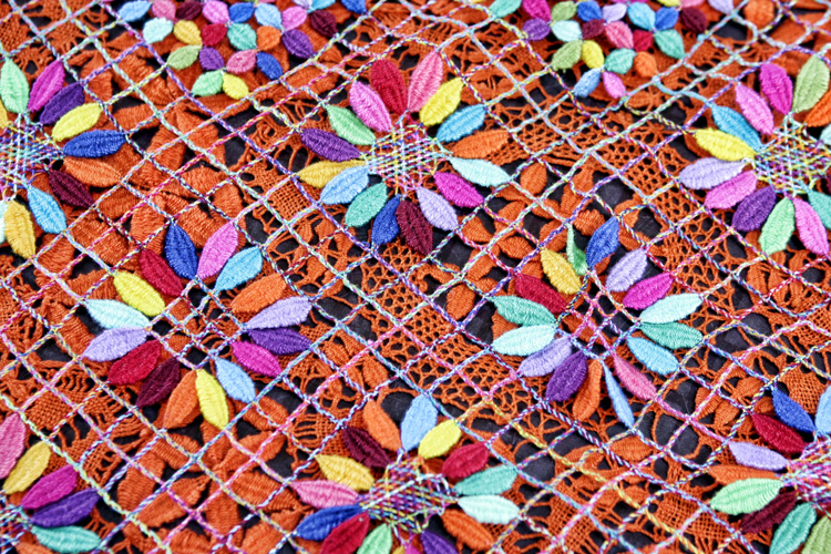 imagem de uma renda feito com linhas coloridas