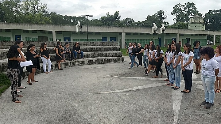 grupos do PET participam de atividade na área externa do campus