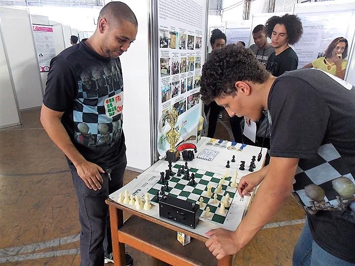 Alunos jogam xadrez
