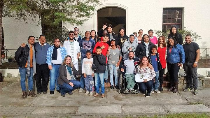 Visitantes e idealizadores do projeto posam para foto na frente do prédio do campus