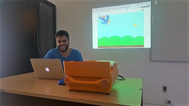 Aluno mostra, em projeção, jogo desenvolvido durante aulas