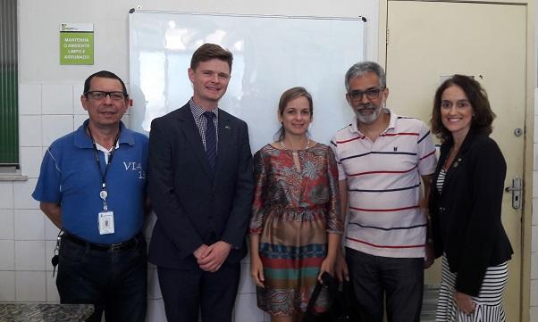representantes da embaixada finlandesa e assessoria internacional posando para foto