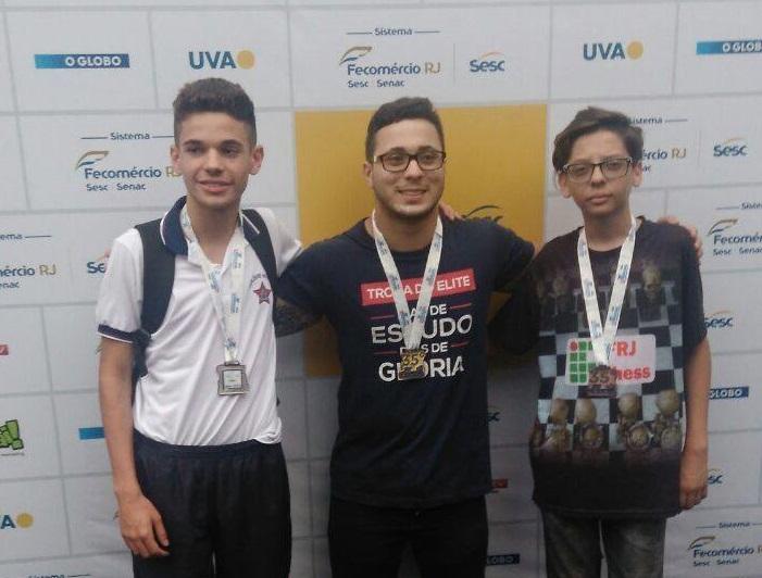 alunos posando com suas medalhas no 35º Intercolegial - O Globo