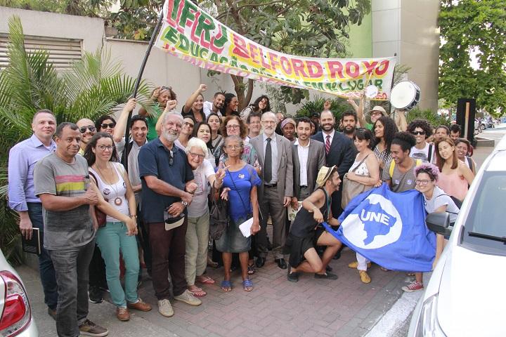Paulo Assis, Fabio Silva, Marcos Freitag, Anderson Castelucio posando para foto com demais servidores e alunos do campus Belford Roxo