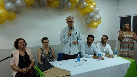 Mesa composta por Fábio Silva, o reitor Paulo Assis, a secretária Dilcéia e Thayron Rangel
