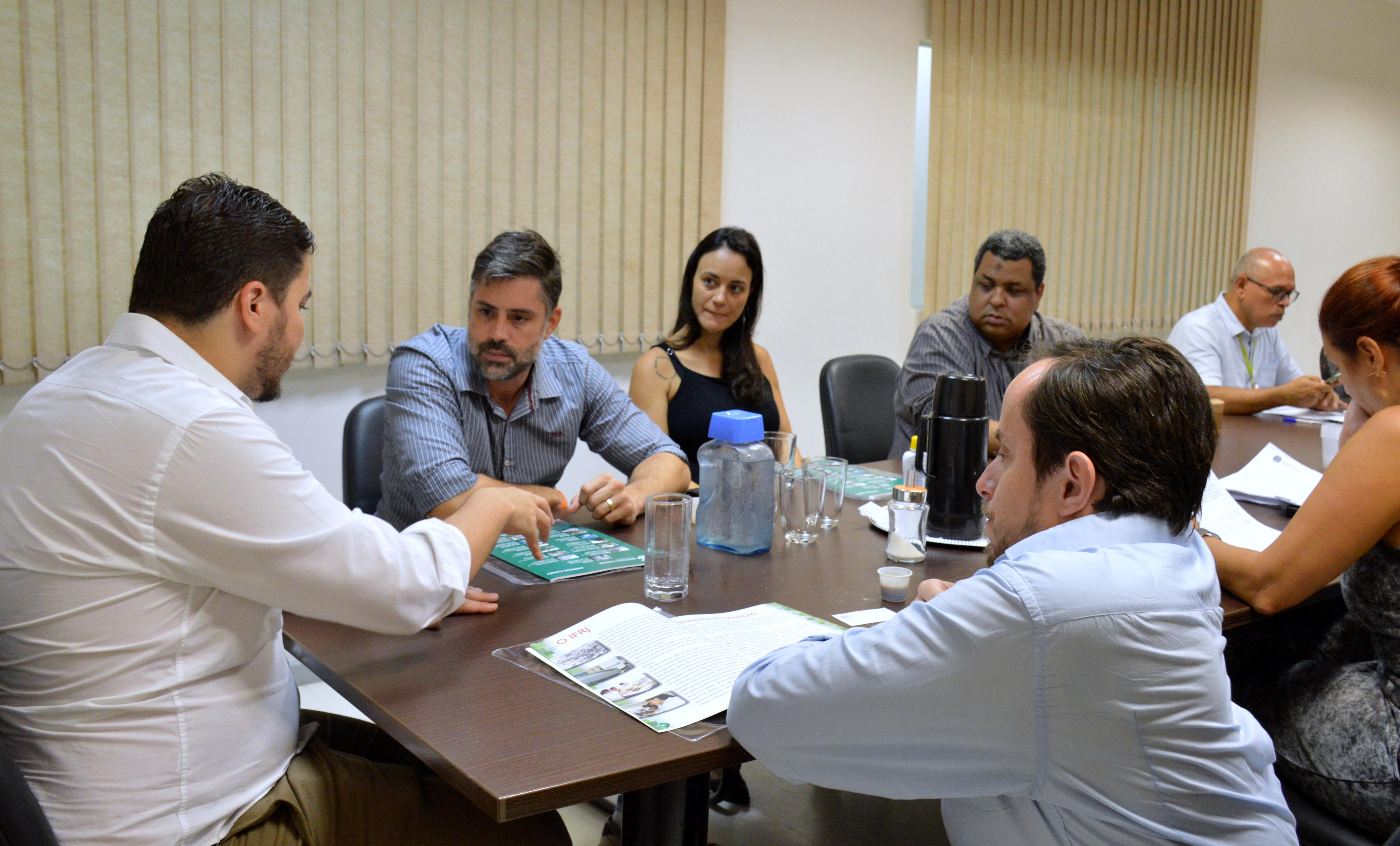 Reitor Rafael Almada conversa com parlamentares na sala de reuniões da Reitoria