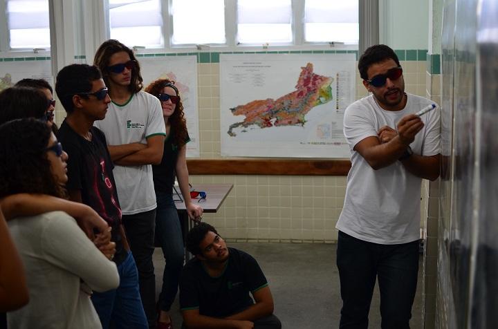 professor dando aula e alunos atentos