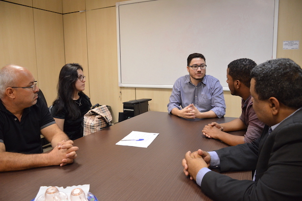 Reitor conversa com estudantes empreendedores na sala de reuniões da Reitoria