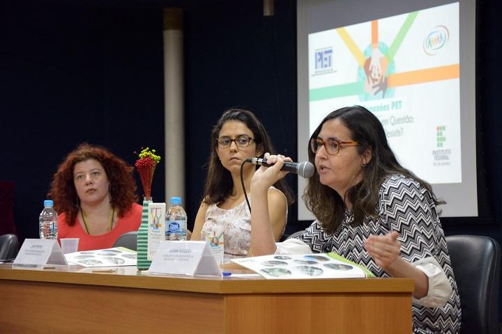mesa de abertura composta por Fernanda Piccolo, Livia Vilela e Susana Nogueira