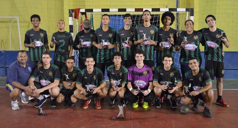 Alunos da equipe vice-campeã de handebol posam para foto com troféu na mão