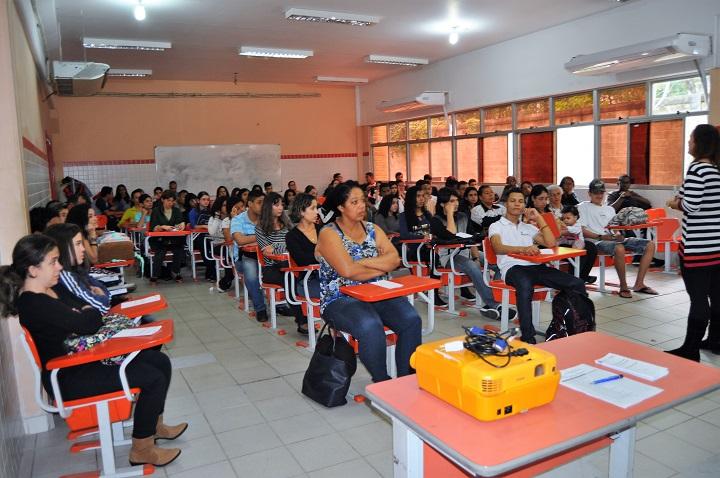 Ingressantes e seus responsáveis no auditório, durante acolhimento