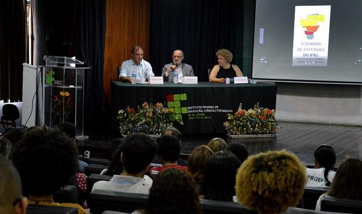 Francisco Sobral, Paulo Assis e Florinda Cersósimo sentados na bancada do auditório do campus Rio de Janeiro