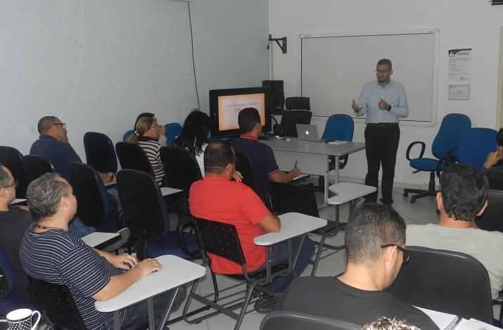 diretor-geral palestrando em sala de aula do campus