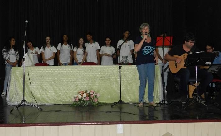 Tributo à Música Popular Brasileira no palco do auditório do campus Pinheiral