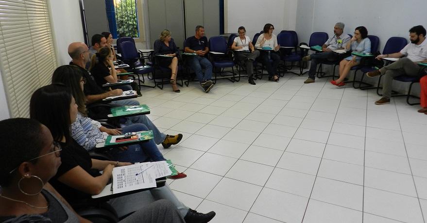 equipe de trabalho sentada em círculo em uma sala