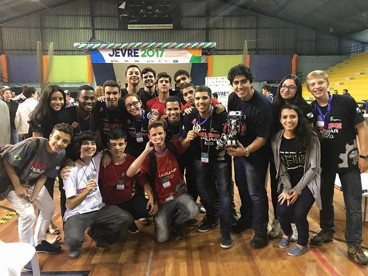 Equipe Jaguar com as medalhas de primeiro e segundo lugares