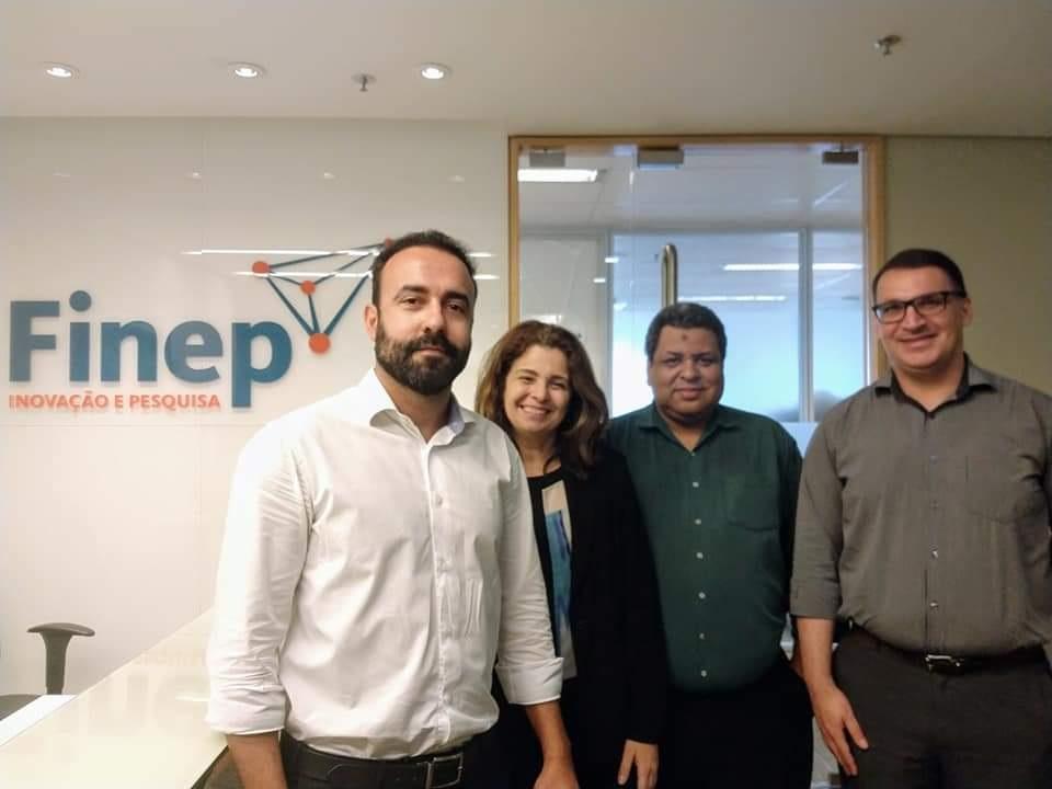 representante da FINEP e tres membros da PROPPI posando para foto na sede da FINEP