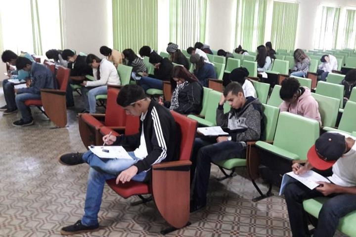 vários alunos fazem a prova no auditório do campus
