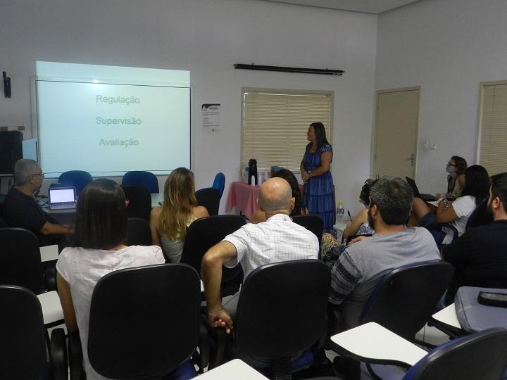 Elizabeth Augustinho, pró-reitora de Ensino de Graduação, na frente da sala ministrando palestra aos docentes sentados