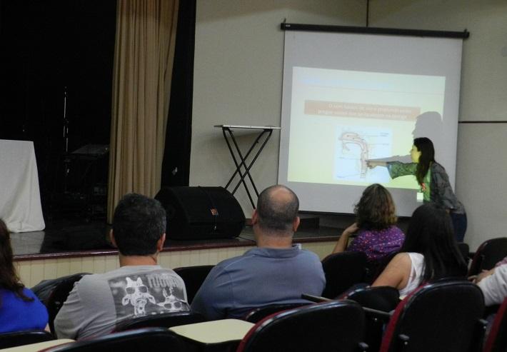Fabiana Souza palestrando