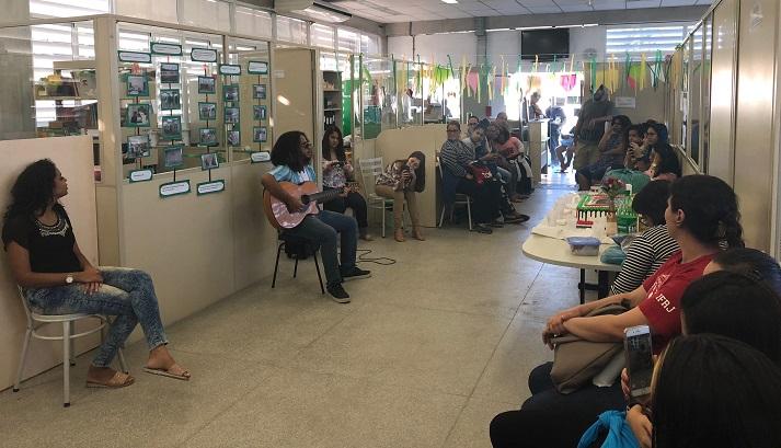 biblioteca do campus Realengo lotada de alunos prestigiando o evento