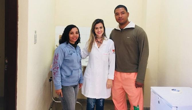 dois servidores e enfermeira posando para foto