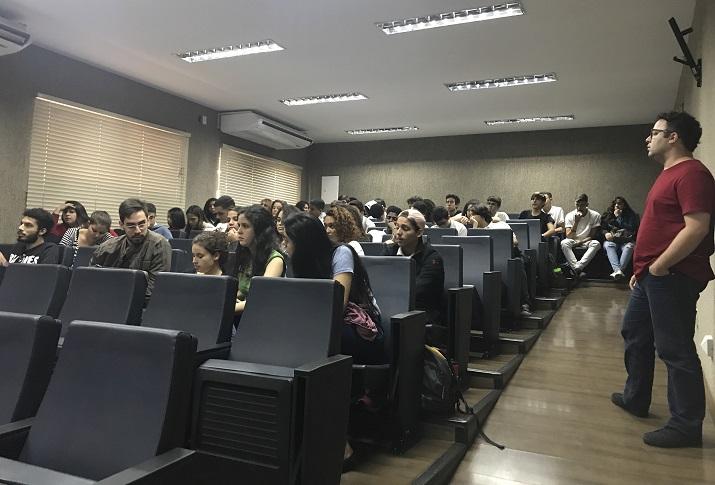 alunos no auditório do campus