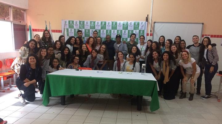 professores e alunos posando para foto no VIII Conexões PET do campus Duque de Caxias