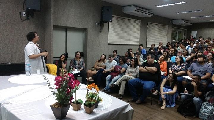 estudantes sentados no auditório do campus Volta Redonda