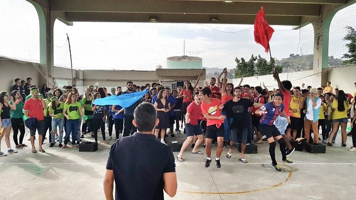 Torcidas comemoram levantando as bandeiras das equipes