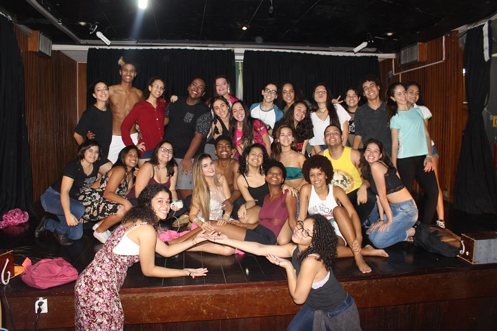 alunos reunidos no palco do auditório do campus Rio de Janeiro