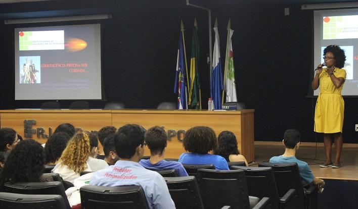 psicóloga Ana Lacerda palestrando sobre a prevenção do suicídio, no auditório do campus Nilópolis