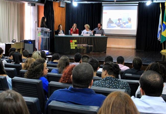 mesa de abertura composta por Mira, Florinda, Renata e Clenilson no auditório do campus Rio de Janeiro