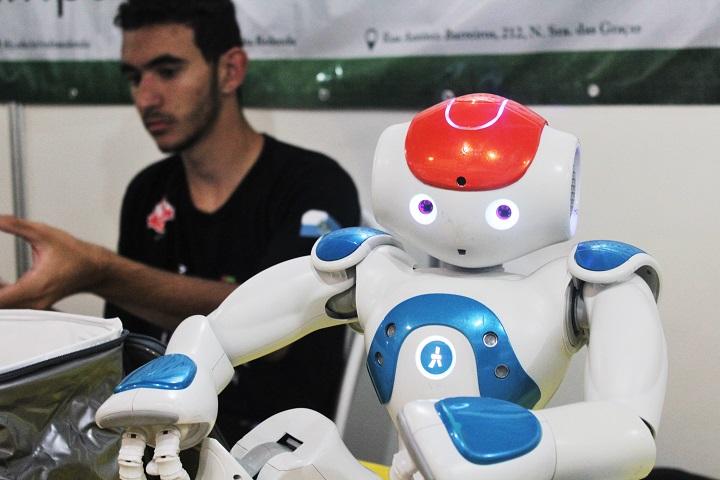 robô NOA posando para foto