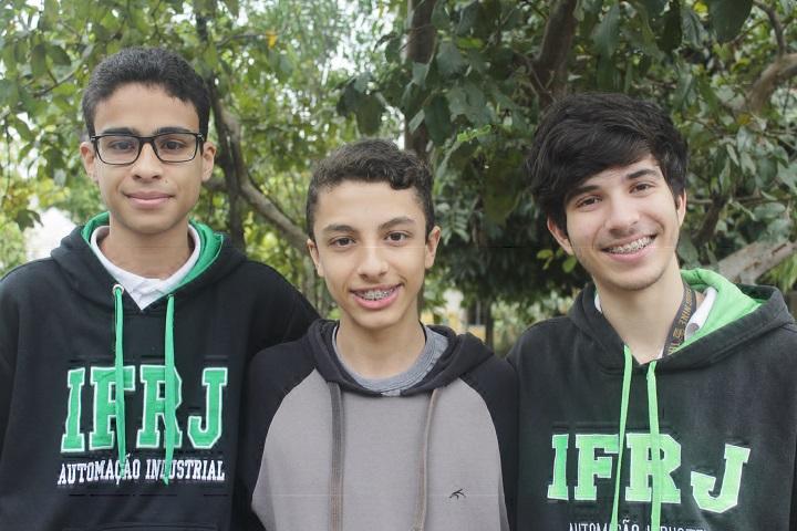 3 alunos do campus Volta Redonda posando para foto