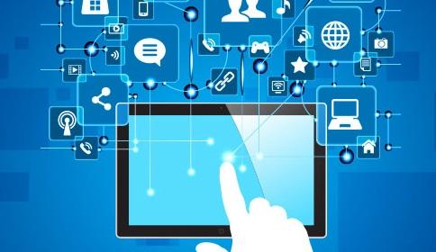 cartaz em azul, computador, internet, uma mão em branco tocando a tela do computador, artes em branco