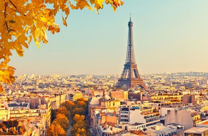 torre eiffel de longe, foto ampla da cidade de Paris em tons alaranjados
