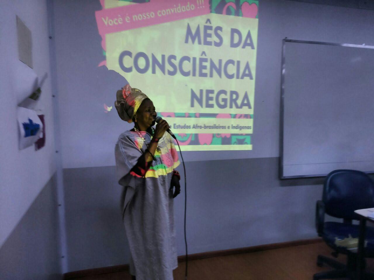 Sacerdotisa Isabel de Oyá fala durante abertura do Mês da Consciência Negra