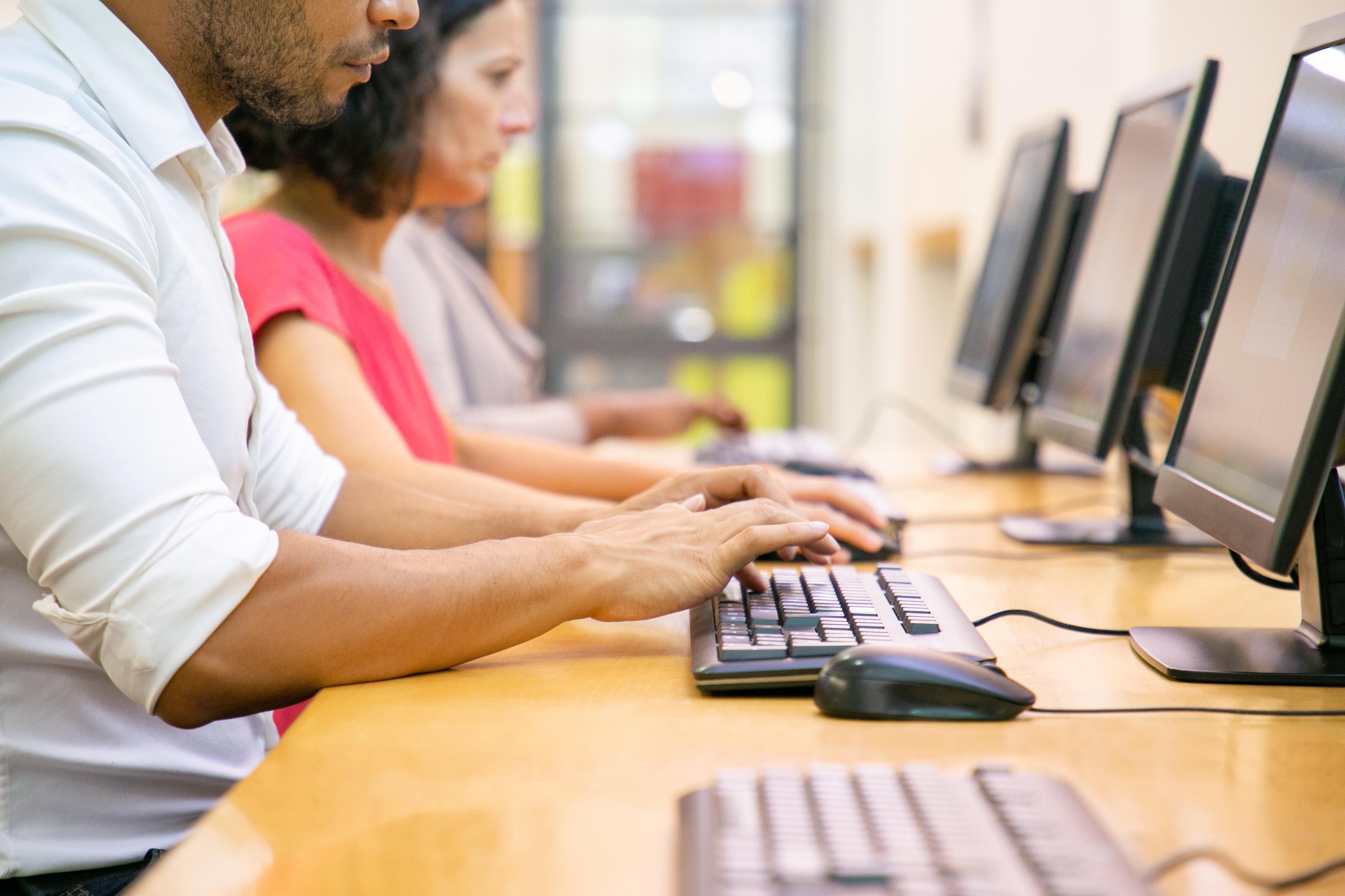 Pessoas trabalham em computadores