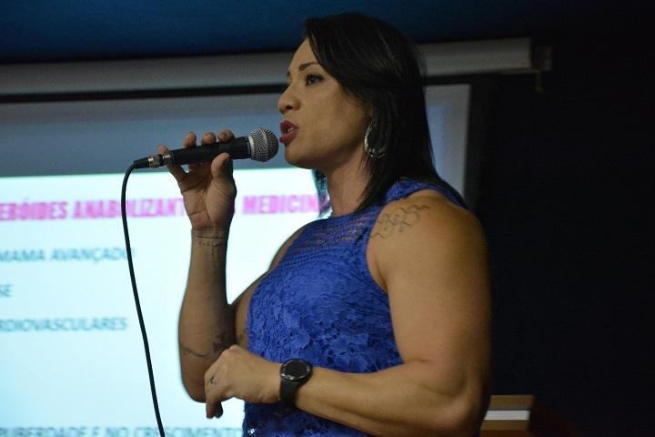 Amanda Costa palestrando