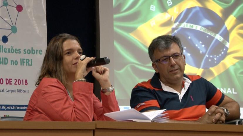 Professores Gabriela Salomão e José Ricardo de Almeida apresentam resultados do Pibid no auditório do campus Nilópolis