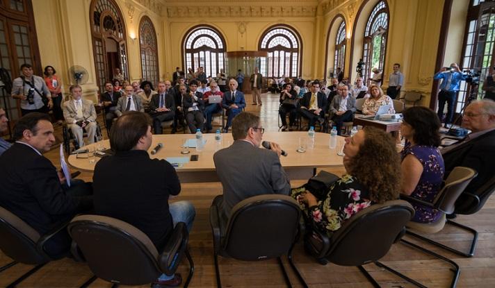 reitor, senadores e deputados na reunião organizada pelo Fórum Rio