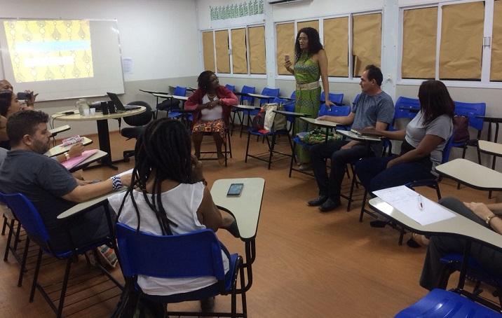 Professora Jaqueline de Jesus organizadora do debate abrindo a mesa