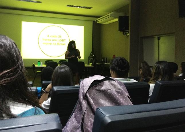 """psicóloga Ana Carolina Oliveira abordou o tema """"Homofobia e desestigmatização da sexualidade"""""""