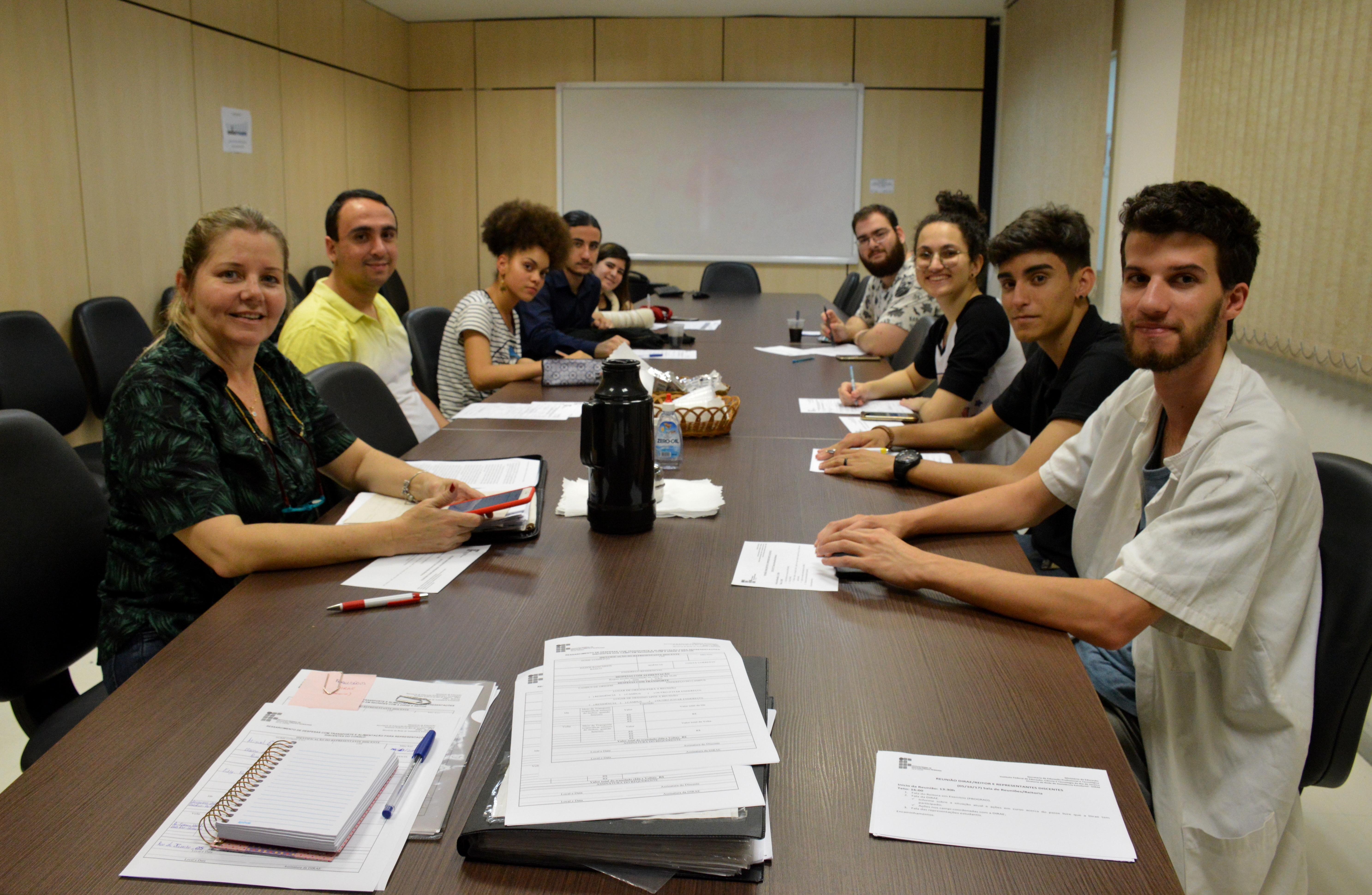 alunos na sala de reunião da Reitoria