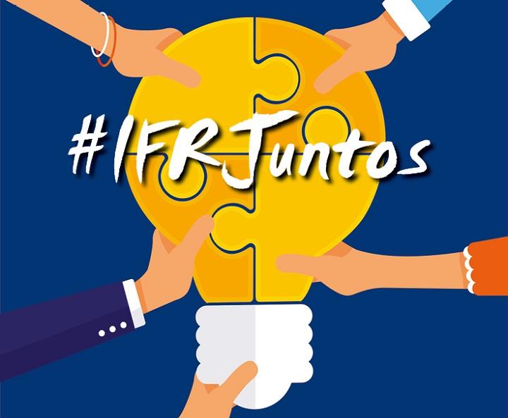 """fundo azul marinho, com o desenho de uma lâmpada amarela composta por quatro peças de quebra-cabeça que são juntas por quatro mãos diferentes, duas femininas e duas masculinas. Por cima a hashtag """"IFRJuntos"""""""