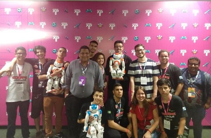 Rafael Almada, Rodney Albuquerque, Equipe Jaguar e robôs NOA posando para foto na Game XP
