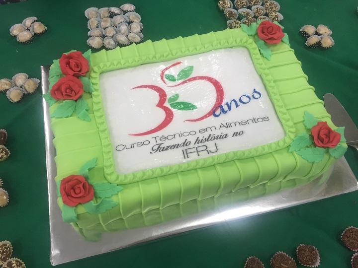 bolo verde e branco, escrito 35 anos do curso Técnico em Alimentos