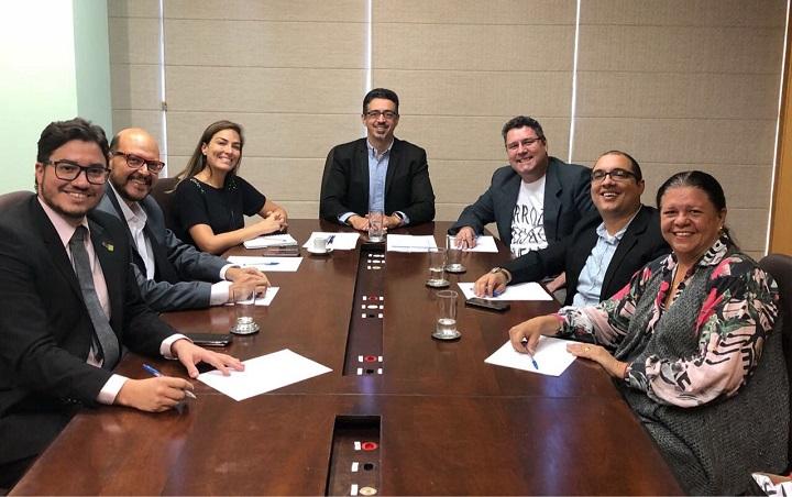 Participantes da reunião em volta da mesa