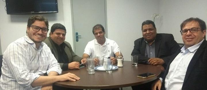 participantes da reunião redor da mesa